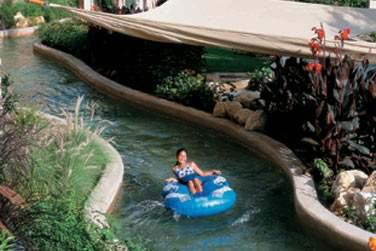 La Lazy River relie les piscines des hôtels Al Waha et Al Bandar, une rivière ludique pour petits et grands