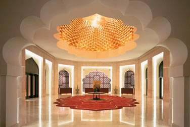 La réception de l'hôtel Al Bandar, un véritable décor de palais oriental