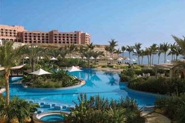 La piscine de l'hôtel Al Bandar, au coeur du resort et parsemée d'îlots de végétation tropicale