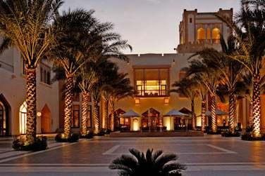 La restaurant Tapas & Sablah de l'hôtel Al Bandar pour déguster des tapas dans une atmosphère conviviale et trendy