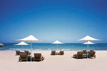 Situé au creux de la magnifique baie d'Al Jissah, l'hôtel est bordé par une magnifique plage de sable blanc