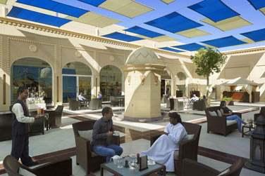 Du côté du souk Al Mazaar où vous trouverez de nombreuses boutiques, cafés et restaurants