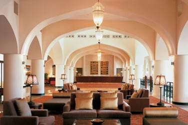 La réception de l'hôtel Al Waha, un décor fastueux qui rappelle l'architecture arabe traditionnelle