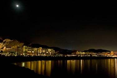 A la nuit tombée, toute la baie s'illumine et offre un décor des 1001 nuits...