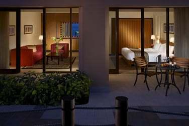 La Suite 1 chambre de l'hôtel Al Waha donnant sur une jolie terrasse aménagée