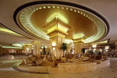 C'est au Caviar Bar, que vous pourrez découvrir la plus grande sélection de Champagne et de caviar iranien.