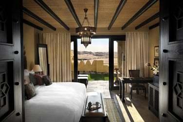Intérieur de la Chambre Deluxe Jardin avec accès direct au jardin et vue sur le désert