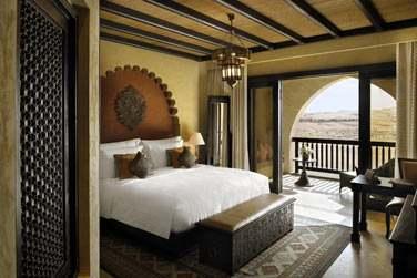 Intérieur de la Chambre Deluxe Balcon offrant une vue imprenable sur le désert