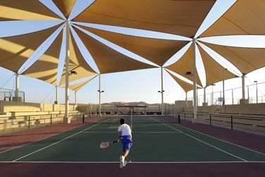 l'hôtel possède 3 courts de tennis éclairés
