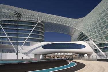 Cet hôtel a la particularité d'être traversé par le circuit de Formule 1 qui accueille le Grand Prix d'Abu Dhabi