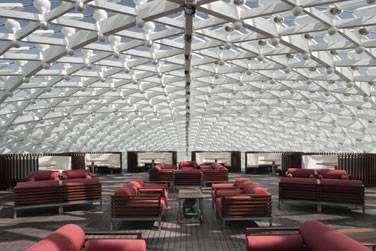 La terrasse du bar Skylite sur le toit se transforme en un lieu à la fois branché et cosy