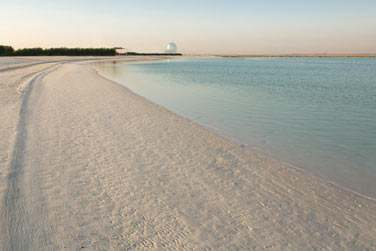 Résidez à l'hôtel Yas Viceroy et profitez de la plage aménagée gracieusement