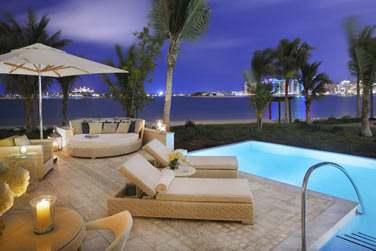 Piscine privée de la Junior Suite Palm Beach, un décor somptueux face à la mer et aux lumières de Palm Jumeirah...