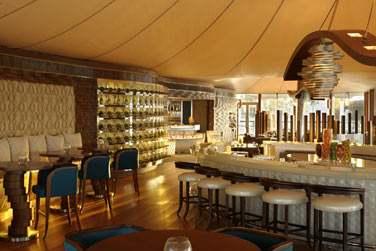 Intérieur du 101 Dining Lounge & Bar, lumineux et cosy