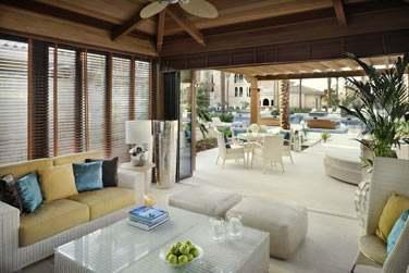 Côté piscine, les espaces lounge sont nombreux pour de purs moments de détente