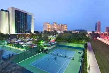 Les courts de tennis éclairés de l'hôtel