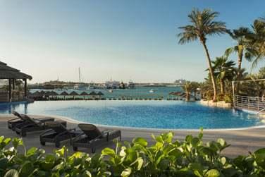 L'hôtel possède 5 piscines (dont deux pour les enfants) etoffre un panorama sur Palm Jumeirah et Dubaï Marina