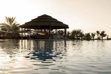 La piscine qui borde le restaurant Horizon