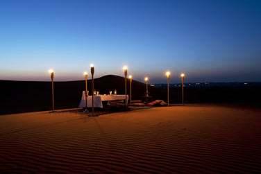 Optez pour le concept Dune Dining... Un dîner au coeur du désert éclairé aux flambeaux. Une expérience magique