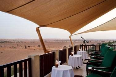 Le bar The Terrace, offrant une vue panoramique à couper le souffle sur le désert