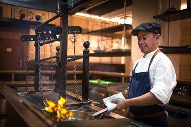 Vous pourrez admirer le chef en action grâce à une cuisine ouverte