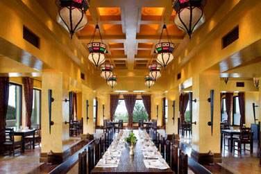 Le restaurant Al Forsan sert une cuisine locale et internationale dans une atmosphère décontractée