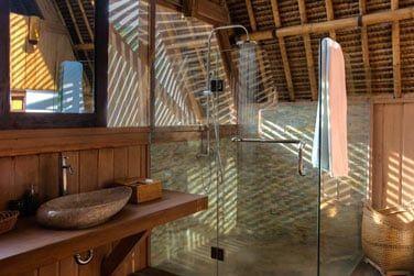 La salle de bain du bungalow, semi-ouverte sur l'extérieur