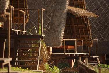 Les bungalows sont surélevés et disposent d'une terrasse privée