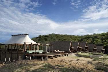 Les bungalows sont disséminés le long de la plage
