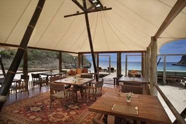 Sous une grande tente, il offre un cadre insolite et original