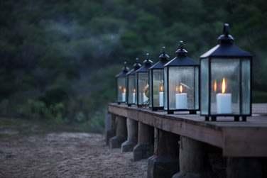 Le soir venu, place aux flambeaux qui illuminent le site