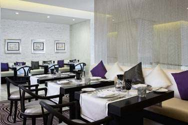 Le restaurant Corniche All Day Dining sert une cuisine internationale