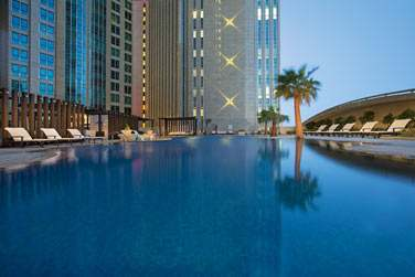 Quoi de mieux que de plonger dans la piscine après avoir arpenté Abu Dhabi et ses trésors ?