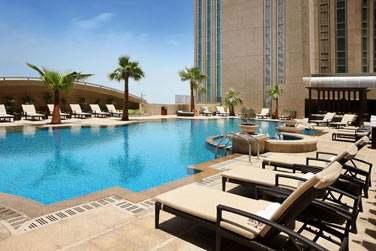Au 8e étage, l'hôtel possède une belle piscine où vous pourrez venir vous rafraîchir après une journée de visite
