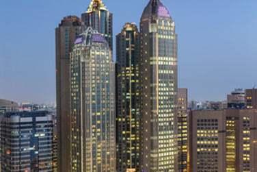 Cet hôtel récent se situe, du haut de ses 44 étages, au pied de la corniche et fait face à la mer