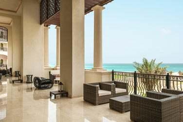 La terrasse du Manhattan Lounge surplombe l'hôtel et les eaux turquoise de la mer