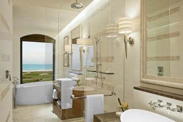 Salle de bain de la chambre supérieure vue mer