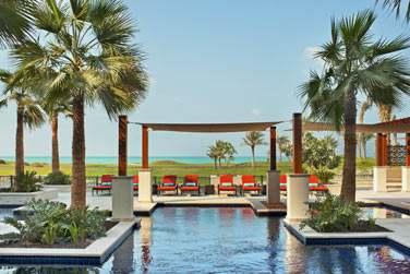 De la piscine, le cadre est splendide : le parcours de golf verdoyant et la mer turquoise en toile de fond