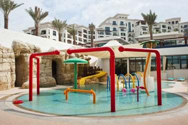 L'hôtel possède également une piscine pour les enfants aménagée de jeux d'eau