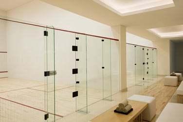 La salle de sport possède deux courts de squash