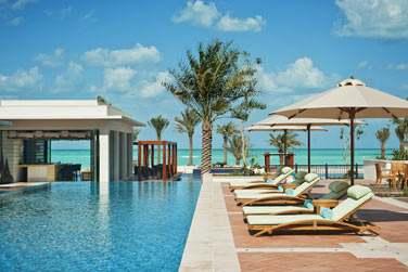 Venez vous détendre au bord de la piscine, face à la mer, après une belle journée
