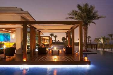 Le bar du restaurant Sontaya qui surplombe la piscine et la mer