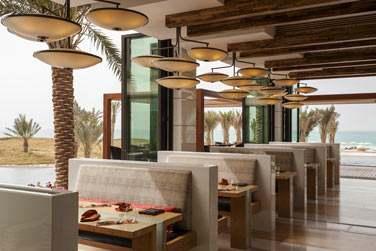 Le restaurant Sontaya est ouvert sur une terrasse surplombant le golf et la mer