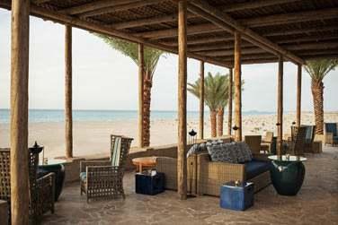 Le restaurant Turquoiz possède une spacieuse terrasse ombragée située le long de la plage