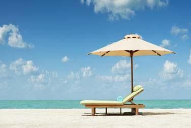 Longue plage de sable blanc, mer turquoise et ciel azur...