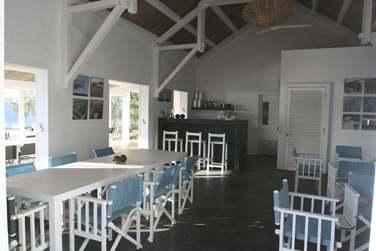 Le bar-restaurant du Bakwa Lodge où vous pourrez déguster une savoureuse cuisine traditionnelle