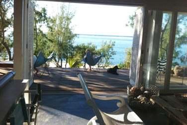 La salle de séjour de la villa, donnant sur la terrasse face à la mer