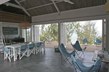 La salle de séjour de la Villa donnant sur une belle terrasse face à la mer