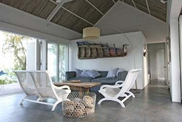 Le coin Salon de la Villa donnant sur la sublime terrasse et offrant une vue sublime sur le lagon de Rodrigues