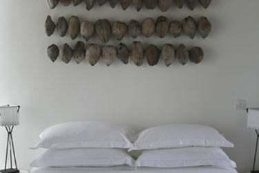 Une chambre de la Villa avec ses cocos séchées au mur ! Une vraie déco locale